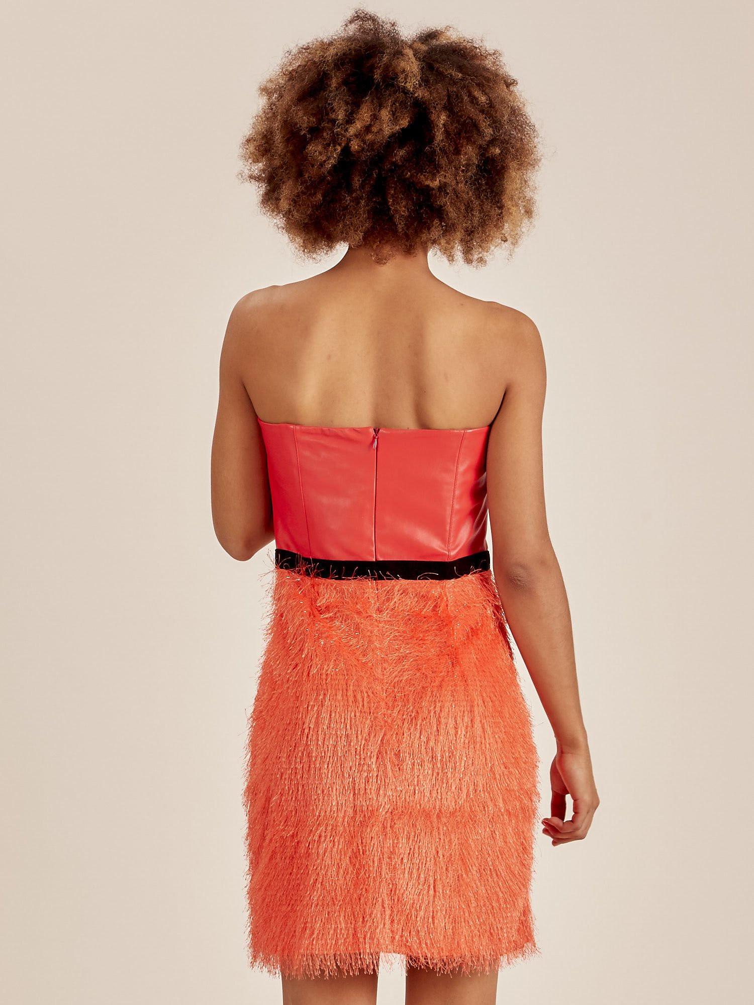 Oranžové dámské šaty s třásněmi ve spodní části 36